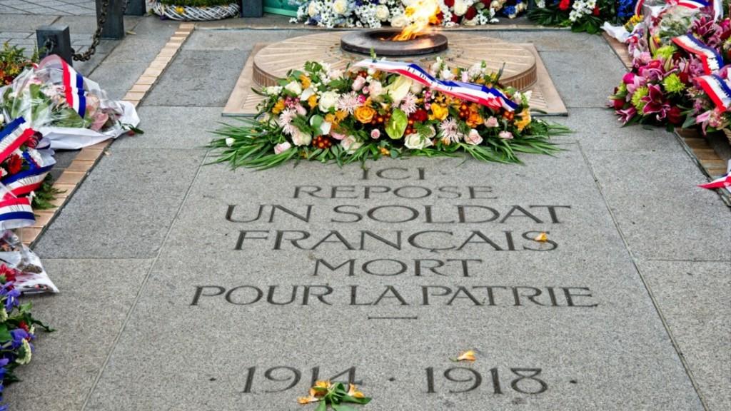 La tombe du Soldat inconnu sous l'Arc de Triomphe à Paris