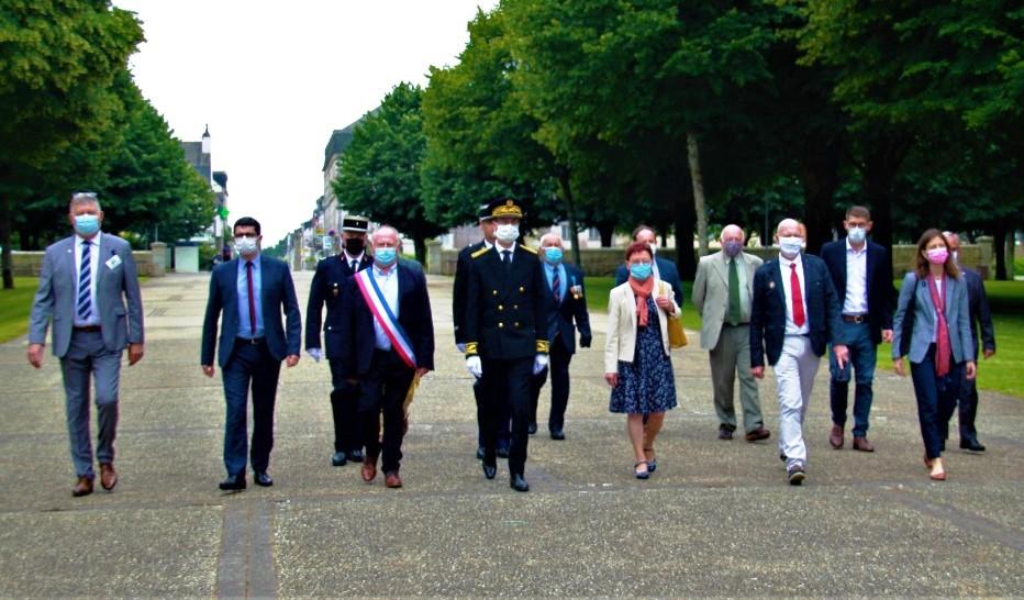 Arrivée des autorités devant le Mémorial de Sainte-Anne d'Auray