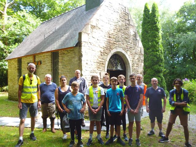 Devant la chapelle reconstruite par des bénévoles